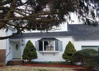 Casa en ejecución hipotecaria in Bay Shore, NY, 11706,  HEMLOCK LN ID: F4146931