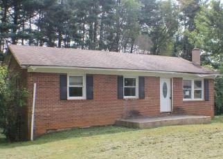 Casa en ejecución hipotecaria in Mount Airy, NC, 27030,  GAYLON ST ID: F4219274
