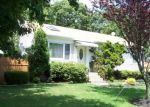 Foreclosed Home en ARPAGE DR W, Shirley, NY - 11967