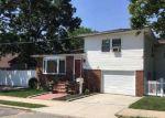 Foreclosed Home en CENTER AVE, Bay Shore, NY - 11706