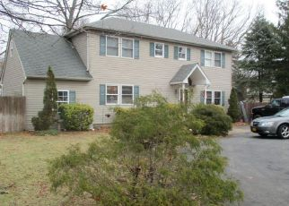 Foreclosed Home en ELKWOOD ST, Lake Grove, NY - 11755