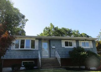 Foreclosed Home en SHARON DR, Patchogue, NY - 11772