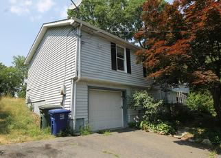 Foreclosed Home en CHOPSEY HILL RD, Bridgeport, CT - 06606