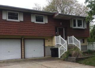 Foreclosed Home en LES ST, Bay Shore, NY - 11706