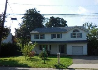 Foreclosed Home en PHOENIX RD, West Babylon, NY - 11704