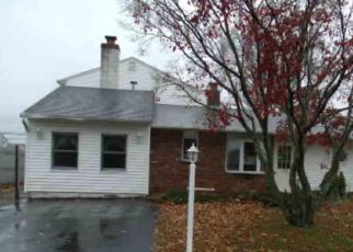 Foreclosed Home en PINEWOOD DR, Levittown, PA - 19054