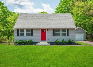 Foreclosed Home en GROVE DR, Mastic, NY - 11950