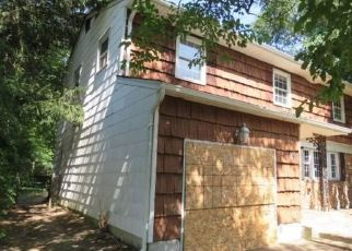 Foreclosed Home en RUMFORD RD, Kings Park, NY - 11754