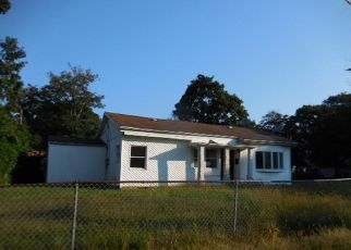 Foreclosed Home en RONEK DR, Amityville, NY - 11701