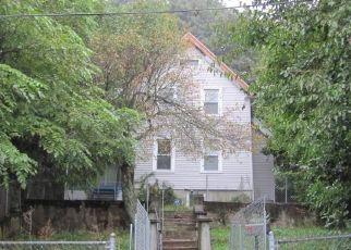 Foreclosed Home en EASTON AVE, Waterbury, CT - 06704