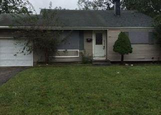Foreclosed Home en FALCON AVE, Medford, NY - 11763