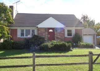Foreclosed Home en CHARLES ST, Darien, CT - 06820