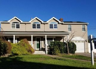 Foreclosed Home en W BAY DR, West Islip, NY - 11795