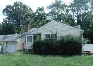 Foreclosed Home en E 23RD ST, Huntington Station, NY - 11746