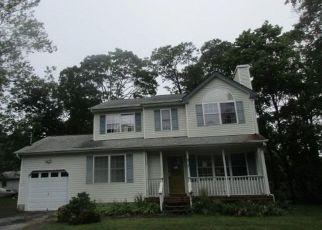 Foreclosed Home en SHINNECOCK AVE, Mastic, NY - 11950