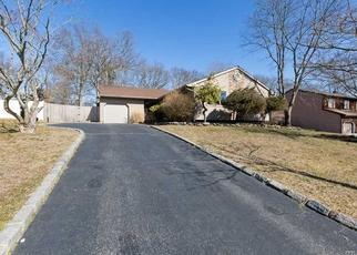 Foreclosed Home en OAK FOREST DR, Islandia, NY - 11749