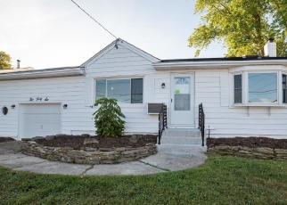 Foreclosed Home en FARMERS AVE, Lindenhurst, NY - 11757