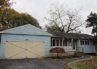Foreclosed Home en JEFFERSON ST, East Islip, NY - 11730