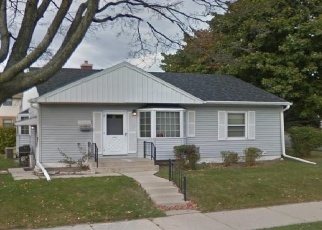 Foreclosed Home en W EUCLID AVE, Milwaukee, WI - 53219