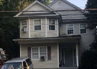 Foreclosed Home en E 17TH ST, Huntington Station, NY - 11746