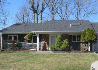 Foreclosed Home en THOMAS ST, Coram, NY - 11727