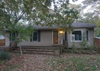 Foreclosed Home en N TITMUS DR, Mastic, NY - 11950