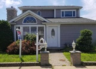 Foreclosed Home en S 7TH ST, Lindenhurst, NY - 11757