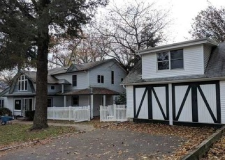 Foreclosed Home en 7TH AVE N, Huntington Station, NY - 11746