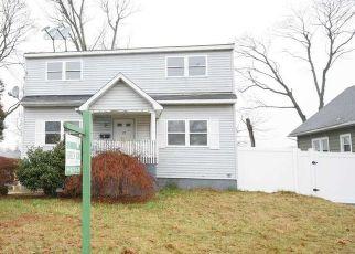 Foreclosed Home en W SMITH ST, Amityville, NY - 11701