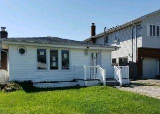 Foreclosed Home en SURF ST, Lindenhurst, NY - 11757