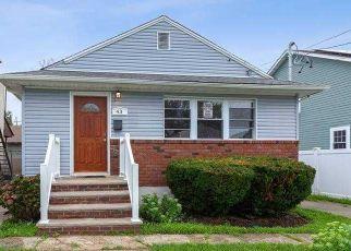 Foreclosed Home en JAMES L L BURRELL AVE, Hempstead, NY - 11550