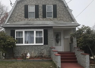 Foreclosed Home en BURRITT AVE, Stratford, CT - 06615
