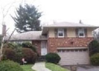 Foreclosed Home en STRATFORD DR, Westbury, NY - 11590