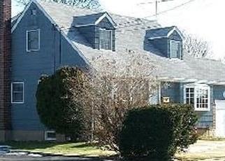 Foreclosed Home en CRESTWOOD BLVD, Farmingdale, NY - 11735