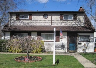 Foreclosed Home en HOLLYWOOD AVE, Copiague, NY - 11726