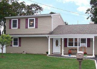 Foreclosed Home en CARLTON AVE, Mastic, NY - 11950