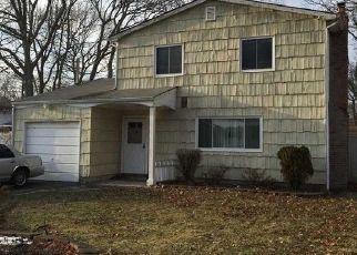 Casa en ejecución hipotecaria in Mastic, NY, 11950,  SHINNECOCK AVE ID: P1155783