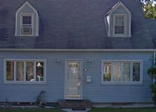Foreclosed Home en KING ST, Westbury, NY - 11590