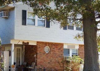 Foreclosed Home en WYONA AVE, Lindenhurst, NY - 11757