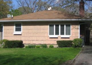 Foreclosed Home en DRESSEL DR, Mastic, NY - 11950