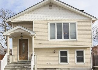 Foreclosed Home en KNOLL ST, Lindenhurst, NY - 11757