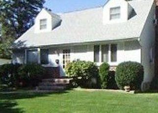 Foreclosed Home en NORTHCOTE CRES, Westbury, NY - 11590