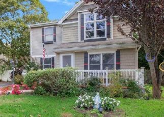 Foreclosed Home en DIVISION AVE, East Islip, NY - 11730