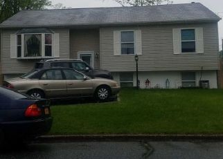 Foreclosed Home en WAVE AVE, Medford, NY - 11763