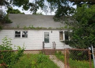 Foreclosed Home en S DELAWARE AVE, Lindenhurst, NY - 11757