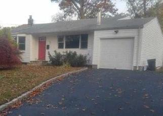 Foreclosed Home en THORNEY AVE, Huntington Station, NY - 11746