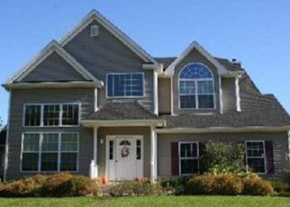 Foreclosed Home en DAFFODIL LN, Lake Grove, NY - 11755