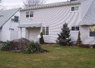 Foreclosed Home en BAYBERRY LN, Levittown, NY - 11756