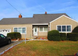 Foreclosed Home en 31ST ST, Lindenhurst, NY - 11757