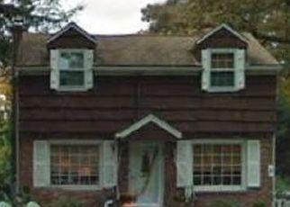 Foreclosed Home en LODGE AVE, Huntington Station, NY - 11746